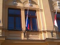 Omotané vlajky na tyčiach