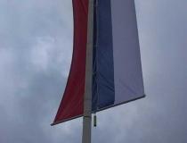 Spoľahlivé uchytenie zástavy na stožiari proti omotaniu vetrom