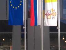 Vlajky na hliníkových stožiaroch s otočným ramenom