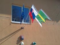 Vlajky na tyčiach s otočným ramenom na budove obecného úradu